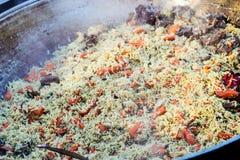 新鲜的开胃肉饭 烹调与油煎的羊羔,米,大蒜,加州 库存照片
