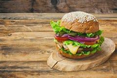 新鲜的开胃自创乳酪汉堡 免版税图库摄影