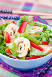 亚洲沙拉用青豆、煎蛋卷的红辣椒和卷 库存图片