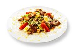 新鲜的开胃菜-肉沙拉用蕃茄和鸡蛋 库存照片