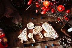 新鲜的开胃麦甜饼堆在木背景的 嘎吱咬嚼的新鲜的饼干 许多脆饼曲奇饼 混杂的圣诞节咕咕声 库存图片