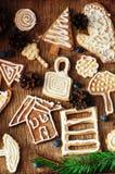 新鲜的开胃麦甜饼堆在木背景的 嘎吱咬嚼的新鲜的饼干 许多脆饼曲奇饼 混杂的圣诞节咕咕声 库存照片