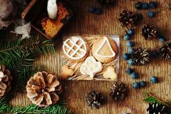 新鲜的开胃麦甜饼堆在木背景的 嘎吱咬嚼的新鲜的饼干 许多脆饼曲奇饼 混杂的圣诞节咕咕声 免版税库存照片
