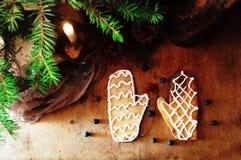 新鲜的开胃麦甜饼堆在木背景的 嘎吱咬嚼的新鲜的饼干 许多脆饼曲奇饼 混杂的圣诞节咕咕声 免版税库存图片