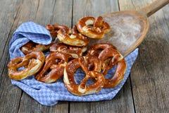 新鲜的德国椒盐脆饼 库存图片