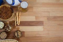 新鲜的快餐和啤酒在木桌上 库存照片