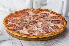 新鲜的意大利经典原始的比萨用乳酪 免版税库存图片
