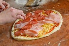 新鲜的意大利薄饼面团 库存图片