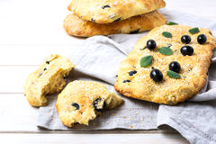 新鲜的意大利面包用橄榄、大蒜和草本 库存照片