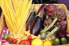 新鲜的意大利面食未加工的蔬菜 免版税库存图片