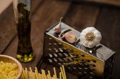新鲜的意粉用在一张老木桌上的乳酪 图库摄影