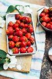 新鲜的成熟在dis计划的草莓和黄色樱桃 免版税库存照片