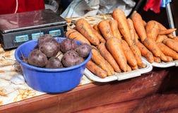 新鲜的成熟新的收获红萝卜和甜菜根准备好对销售 免版税库存照片