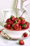 新鲜的成熟有机草莓堆  库存照片