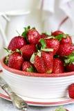 新鲜的成熟有机草莓堆  免版税库存照片