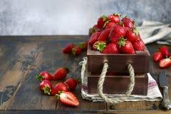 新鲜的成熟有机草莓 库存图片