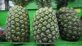 新鲜的成熟有机菠萝在架子在地方菜市场上被卖 影视素材