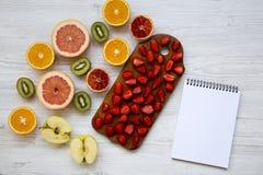 新鲜的成熟果子和笔记本在白色木桌,顶视图上 复制空间 从上, 库存图片
