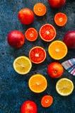 新鲜的成熟柑橘水果的混合 血橙,普通话, lemo 免版税库存照片