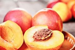 新鲜的成熟油桃桃子果子,播种土气背景 库存照片