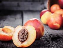 新鲜的成熟油桃桃子果子,播种土气背景 库存图片