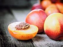 新鲜的成熟油桃桃子果子,播种土气背景 免版税库存照片