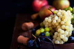 新鲜的成熟白色,绿色和紫色葡萄 图库摄影