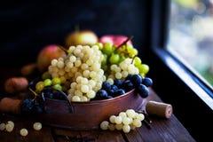 新鲜的成熟白色,绿色和紫色葡萄 免版税库存照片