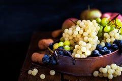 新鲜的成熟白色,绿色和紫色葡萄 库存照片