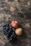 新鲜的成熟秋天果子苹果和葡萄在土气木背景,顶视图 空位 免版税图库摄影