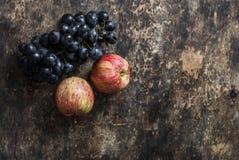 新鲜的成熟秋天果子苹果和葡萄在土气木背景,顶视图 空位 库存图片