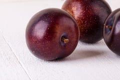 新鲜的成熟红色李子 库存图片