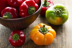 新鲜的成熟红色,绿色和黄色辣椒粉胡椒 免版税库存图片