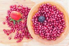 新鲜的成熟水多的红色石榴种子 免版税图库摄影