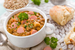 新鲜的扁豆炖煮的食物用香肠 免版税图库摄影
