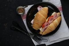 新鲜的新月形面包三明治用火腿、乳酪和蕃茄 免版税库存图片
