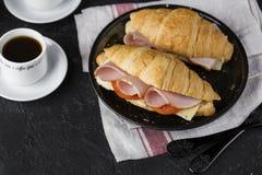 新鲜的新月形面包三明治用火腿、乳酪和蕃茄 免版税库存照片