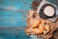 新鲜的新月形面包和咖啡 免版税图库摄影