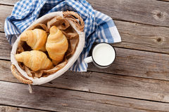 新鲜的新月形面包和牛奶 库存照片