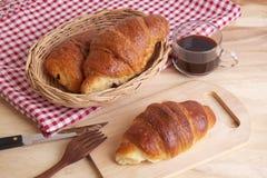 新鲜的新月形面包用果酱和一杯咖啡早餐 免版税库存图片