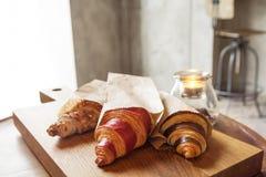 新鲜的新月形面包用果酱早餐 免版税库存照片