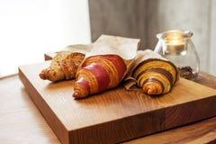 新鲜的新月形面包用果酱早餐 免版税图库摄影