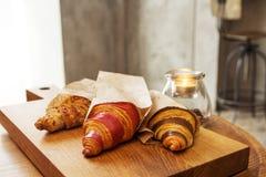 新鲜的新月形面包用果酱早餐 免版税库存图片
