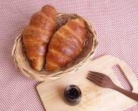 新鲜的新月形面包用果酱早餐 库存照片