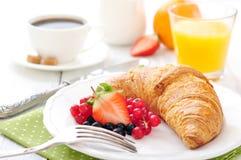 新鲜的新月形面包用莓果 免版税库存照片
