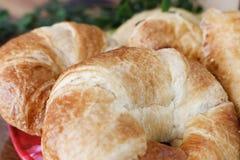 新鲜的新月形面包 免版税库存照片