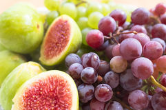 新鲜的无花果和葡萄 免版税库存照片