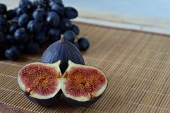 新鲜的无花果和葡萄 库存照片