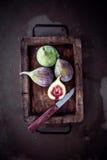 新鲜的无花果在一个土气厨房里 库存图片
