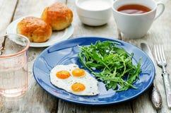 新鲜的早餐用炒蛋和芝麻菜 库存照片